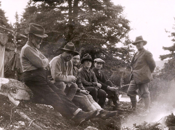 A group of researchers pose in the field in 1923.